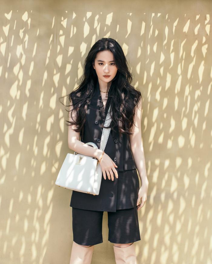Lưu Diệc Phi lấn át Địch Lệ Nhiệt Ba trong loạt ảnh thời trang mới nhất chứng minh vị trí độc tôn Ảnh 4