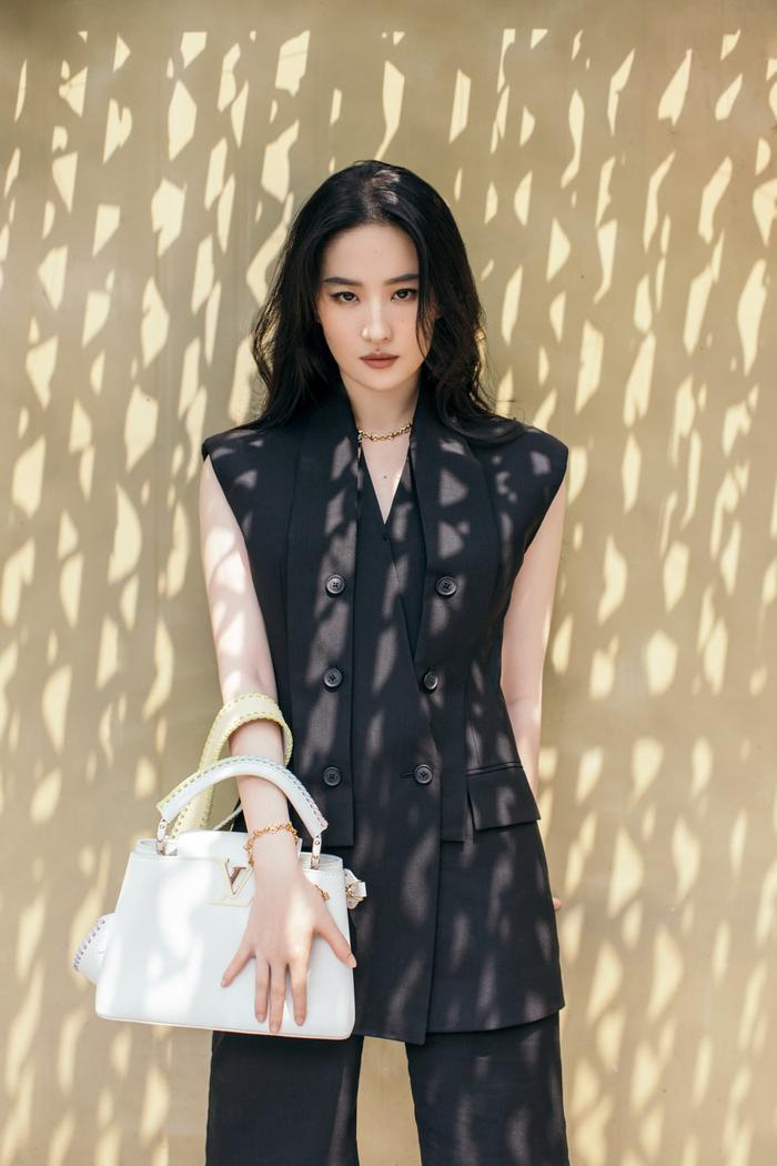 Lưu Diệc Phi lấn át Địch Lệ Nhiệt Ba trong loạt ảnh thời trang mới nhất chứng minh vị trí độc tôn Ảnh 3