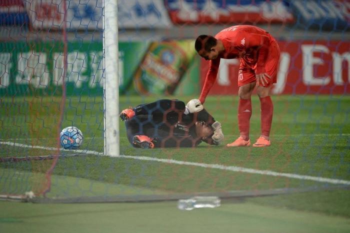 Khoảnh khắc Tấn Trường vừa cản phá penalty vừa mắc sai lầm trong tích tắc Ảnh 1
