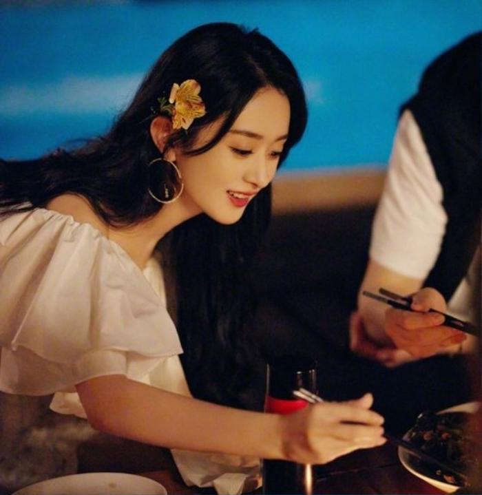 Triệu Lệ Dĩnh 'quẩy tung nóc' trong ngày Quốc tế Thiếu nhi, show cận cảnh nhan sắc sau một tháng ly hôn Ảnh 1