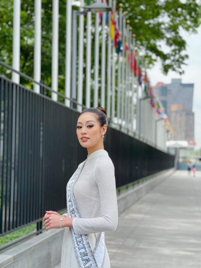Top 21 Miss Universe - Khánh Vân thả dáng kiêu sa, tỏa sáng rực rỡ với áo dài truyền thống ở trời Tây Ảnh 4
