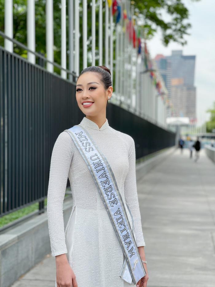 Top 21 Miss Universe - Khánh Vân thả dáng kiêu sa, tỏa sáng rực rỡ với áo dài truyền thống ở trời Tây Ảnh 2
