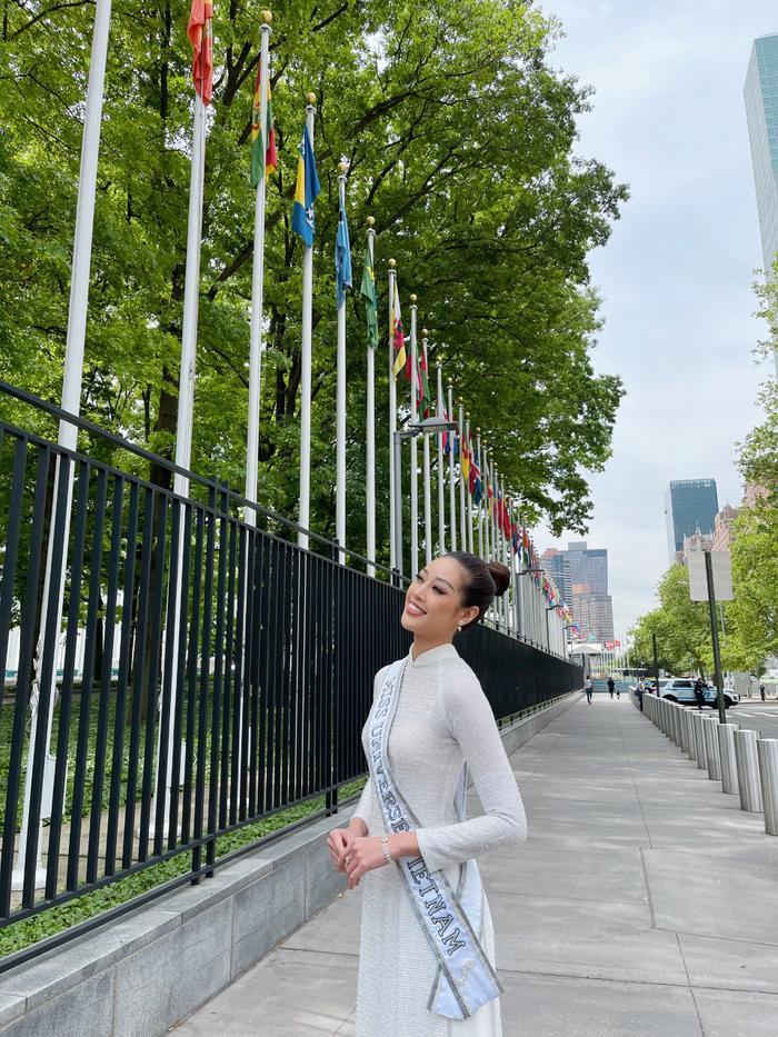 Top 21 Miss Universe - Khánh Vân thả dáng kiêu sa, tỏa sáng rực rỡ với áo dài truyền thống ở trời Tây Ảnh 6