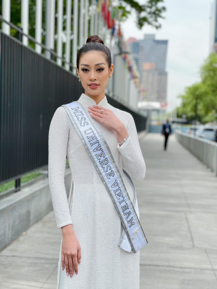Top 21 Miss Universe - Khánh Vân thả dáng kiêu sa, tỏa sáng rực rỡ với áo dài truyền thống ở trời Tây Ảnh 3