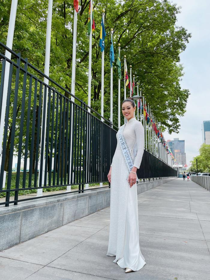 Top 21 Miss Universe - Khánh Vân thả dáng kiêu sa, tỏa sáng rực rỡ với áo dài truyền thống ở trời Tây Ảnh 7