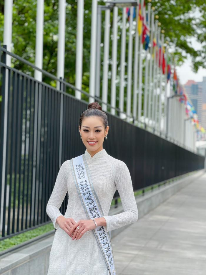 Top 21 Miss Universe - Khánh Vân thả dáng kiêu sa, tỏa sáng rực rỡ với áo dài truyền thống ở trời Tây Ảnh 5