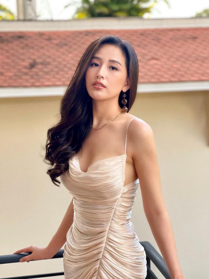 Mai Phương Thúy mãn nhãn thiên hạ khi diện váy hai dây lấp ló vòng 1 căng tràn Ảnh 1