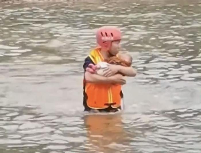 Ôm con nhỏ trầm mình xuống sông tự.tử nhưng được cứu, người mẹ có thêm hành động quá khích Ảnh 3