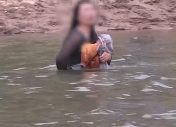 Ôm con nhỏ trầm mình xuống sông tự.tử nhưng được cứu, người mẹ có thêm hành động quá khích Ảnh 1