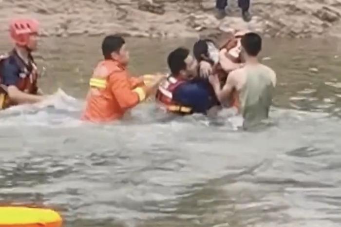 Ôm con nhỏ trầm mình xuống sông tự.tử nhưng được cứu, người mẹ có thêm hành động quá khích Ảnh 2