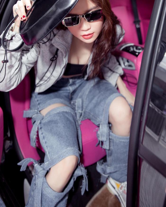 Ngọc Trinh khoe lưng trần hoang dã đầy táo bạo trong ô tô Ảnh 8