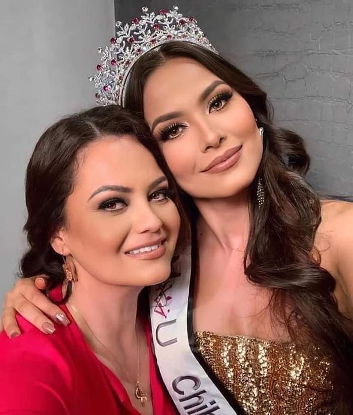 Ai khổ như tân Miss Universe, bị fan chê già gần bằng mẹ khi khoe ảnh chụp chung Ảnh 1