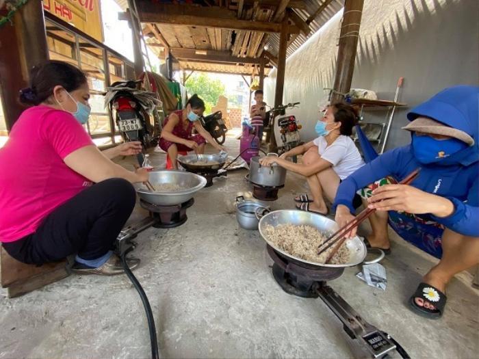 Nắng như đổ lửa, bà con Quảng Bình vẫn miệt mài làm chà bông gửi tặng tuyến đầu chống dịch ở Bắc Giang Ảnh 4