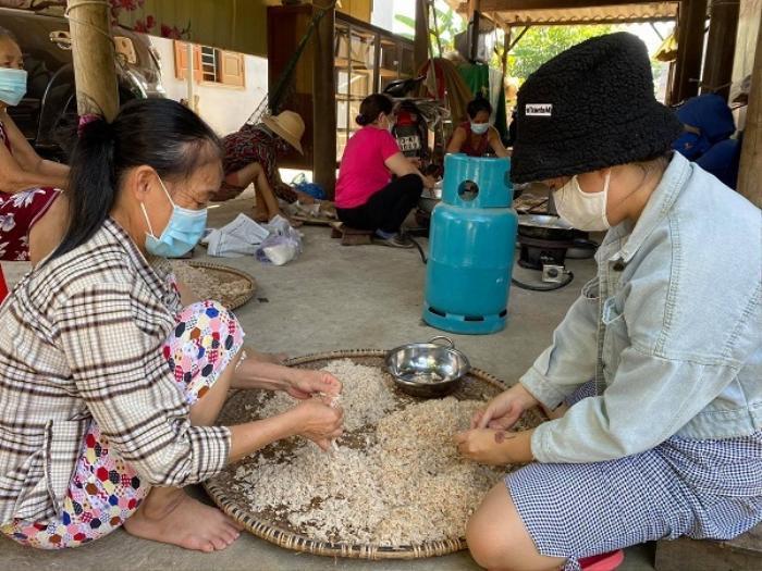 Nắng như đổ lửa, bà con Quảng Bình vẫn miệt mài làm chà bông gửi tặng tuyến đầu chống dịch ở Bắc Giang Ảnh 2
