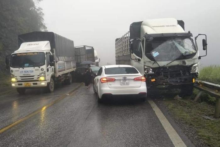 9 ô tô đâm liên hoàn trên quốc lộ khiến giao thông ùn tắc nghiêm trọng Ảnh 1