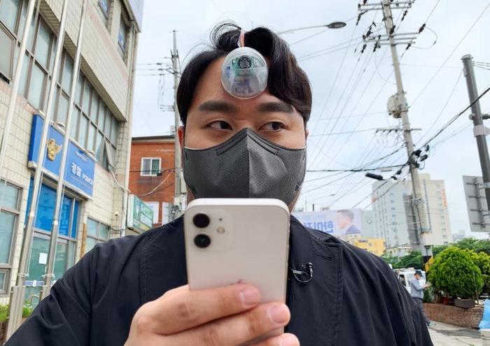 Phát minh kỳ lạ cho những người không thể rời mắt khỏi điện thoại ở Hàn Quốc Ảnh 1