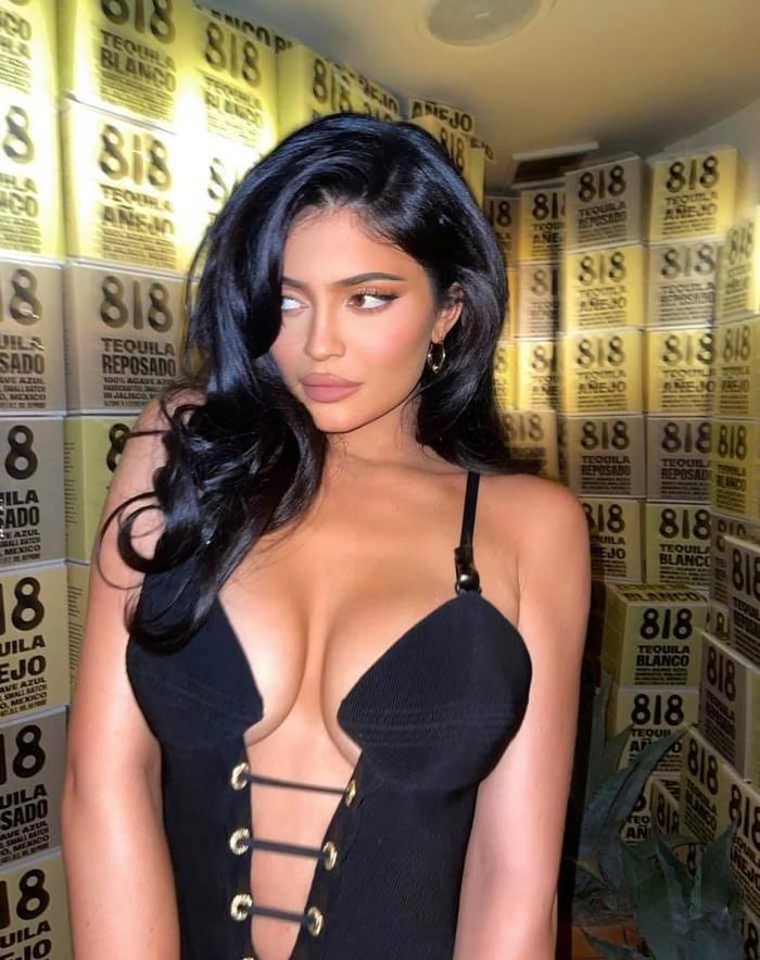 Kylie Jenner đẹp như tranh khi diện váy 'toang' hết cả vòng 1 Ảnh 5