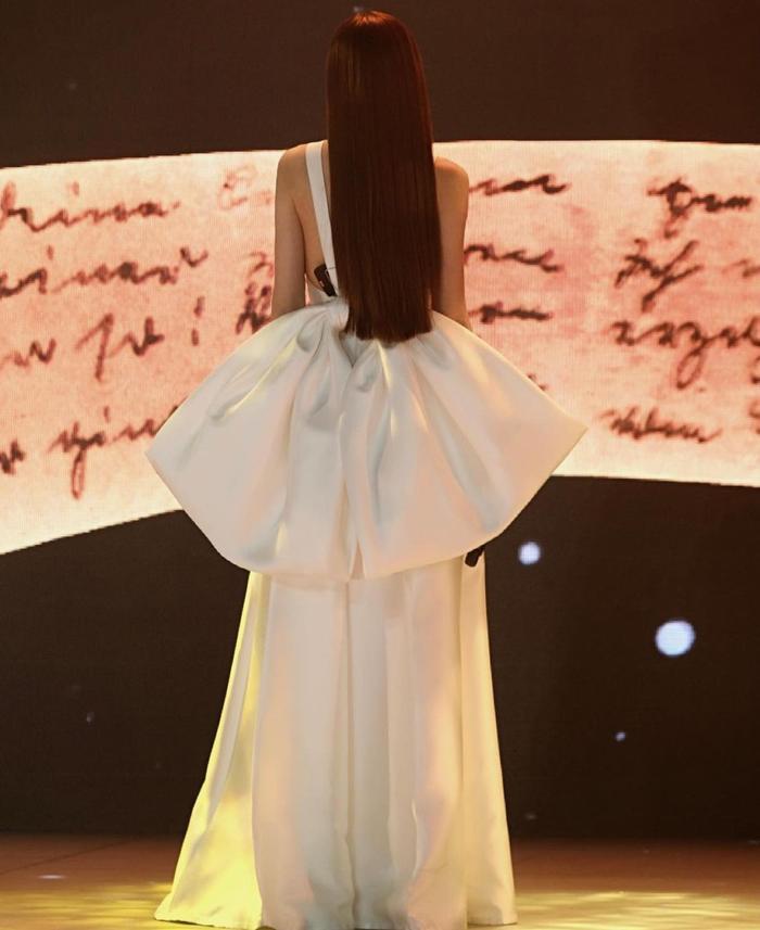 Hồ Ngọc Hà khiến fan muốn 'lả đi' vì quá đẹp trong bộ jumpsuit xẻ ngực sâu tận rốn Ảnh 8