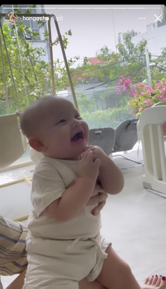 Hà Hồ chia sẻ khoảnh khắc Kim Lý chơi với hai con, Subeo quấn quýt mẹ khiến ai nhìn cũng ghen tỵ Ảnh 8