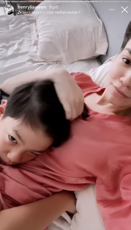 Hà Hồ chia sẻ khoảnh khắc Kim Lý chơi với hai con, Subeo quấn quýt mẹ khiến ai nhìn cũng ghen tỵ Ảnh 4