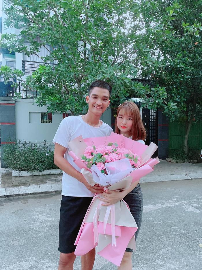 Mặc kệ bị nghi ngoại tình, vợ Mạc Văn Khoa hạnh phúc khoe được chồng tặng hoa kỷ niệm 6 năm bên nhau Ảnh 3