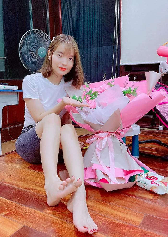 Mặc kệ bị nghi ngoại tình, vợ Mạc Văn Khoa hạnh phúc khoe được chồng tặng hoa kỷ niệm 6 năm bên nhau Ảnh 4