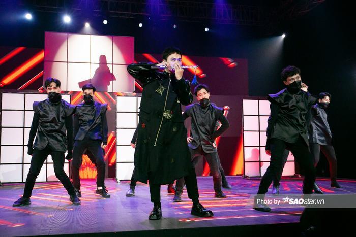 Erik & Jsol mang trang phục sắc đen toàn tập lạnh lùng lên sân khấu The Heroes Ảnh 7