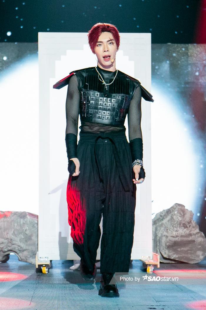 Erik & Jsol mang trang phục sắc đen toàn tập lạnh lùng lên sân khấu The Heroes Ảnh 2