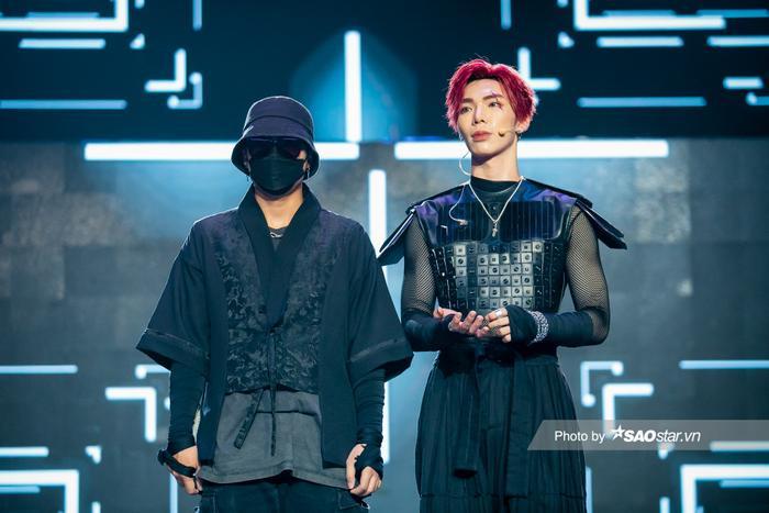 Erik & Jsol mang trang phục sắc đen toàn tập lạnh lùng lên sân khấu The Heroes Ảnh 5
