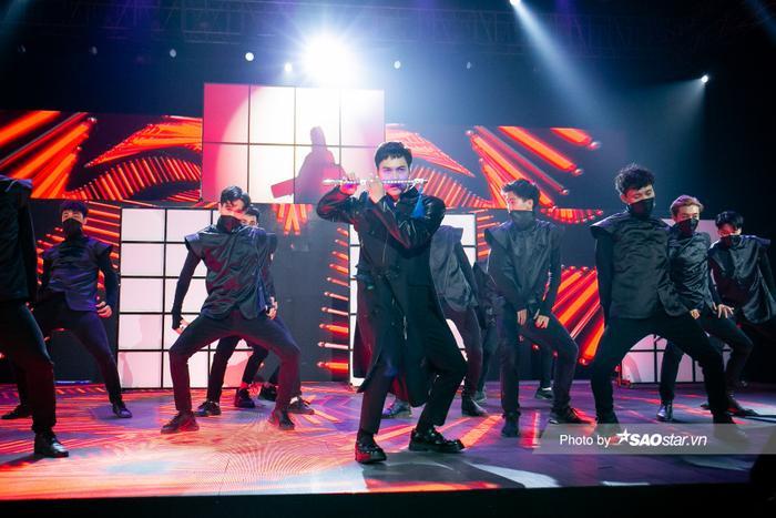 Erik & Jsol mang trang phục sắc đen toàn tập lạnh lùng lên sân khấu The Heroes Ảnh 9