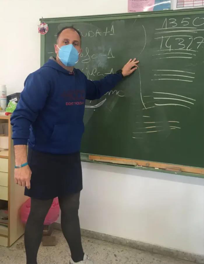 Nhiều thầy giáo ở Tây Ban Nha quyết định mặc váy đến trường giảng dạy vì lí do đặc biệt này! Ảnh 2
