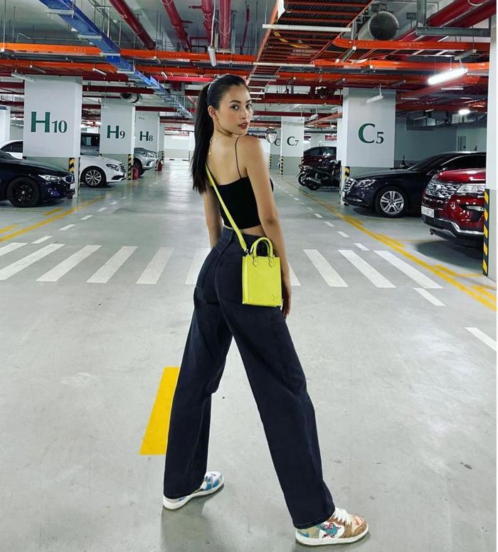 Hoa hậu Tiểu Vy đẹp mơ màng trong loạt ảnh tự chụp, chiếc túi hàng hiệu là điểm nhấn Ảnh 5