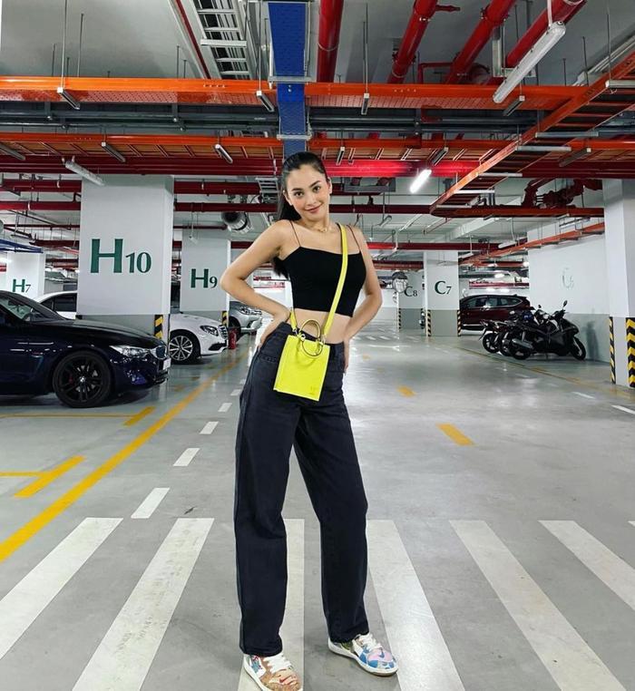 Hoa hậu Tiểu Vy đẹp mơ màng trong loạt ảnh tự chụp, chiếc túi hàng hiệu là điểm nhấn Ảnh 6