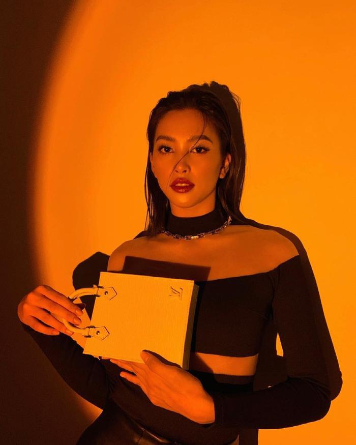 Hoa hậu Tiểu Vy đẹp mơ màng trong loạt ảnh tự chụp, chiếc túi hàng hiệu là điểm nhấn Ảnh 3