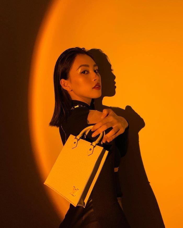 Hoa hậu Tiểu Vy đẹp mơ màng trong loạt ảnh tự chụp, chiếc túi hàng hiệu là điểm nhấn Ảnh 2