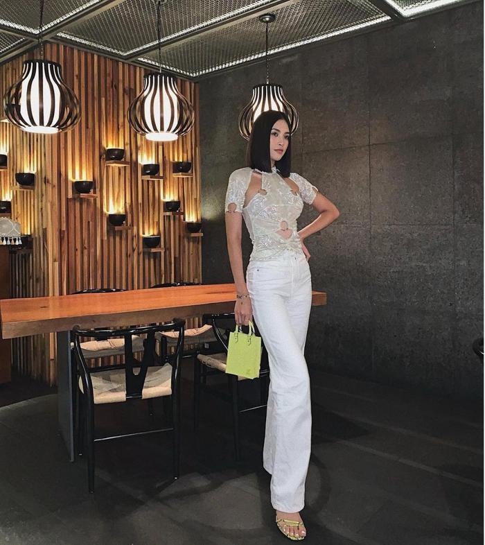 Hoa hậu Tiểu Vy đẹp mơ màng trong loạt ảnh tự chụp, chiếc túi hàng hiệu là điểm nhấn Ảnh 4