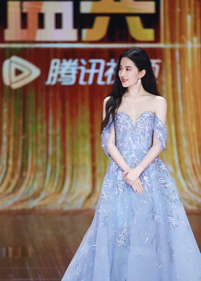 Lưu Diệc Phi diện váy trễ nải vòng 1 quyến rũ khiến fan 'u mê không lối thoát' Ảnh 5