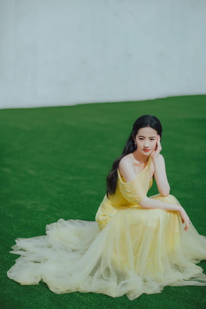 Lưu Diệc Phi diện váy trễ nải vòng 1 quyến rũ khiến fan 'u mê không lối thoát' Ảnh 9