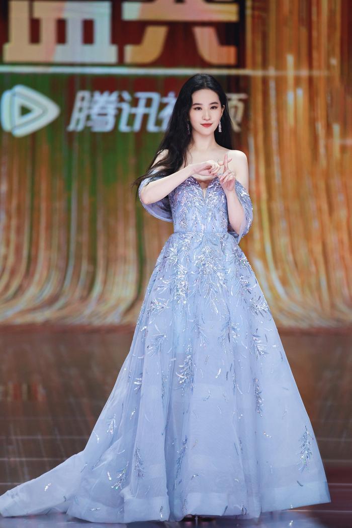 Lưu Diệc Phi diện váy trễ nải vòng 1 quyến rũ khiến fan 'u mê không lối thoát' Ảnh 6