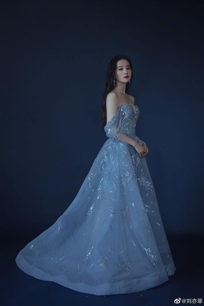 Lưu Diệc Phi diện váy trễ nải vòng 1 quyến rũ khiến fan 'u mê không lối thoát' Ảnh 1