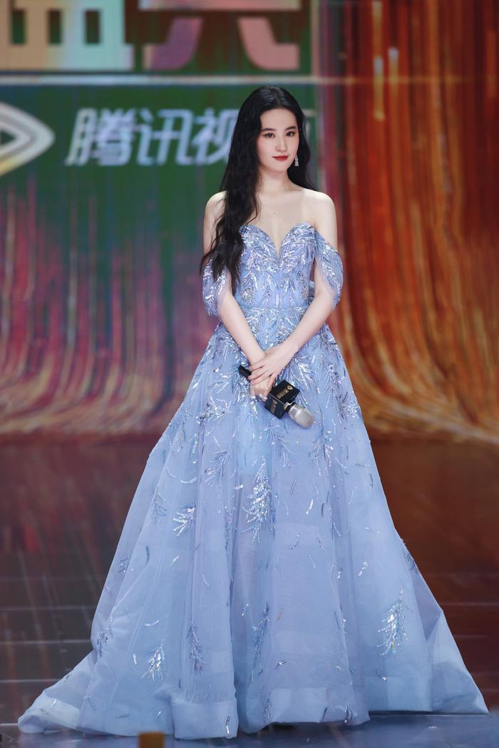 Lưu Diệc Phi diện váy trễ nải vòng 1 quyến rũ khiến fan 'u mê không lối thoát' Ảnh 7