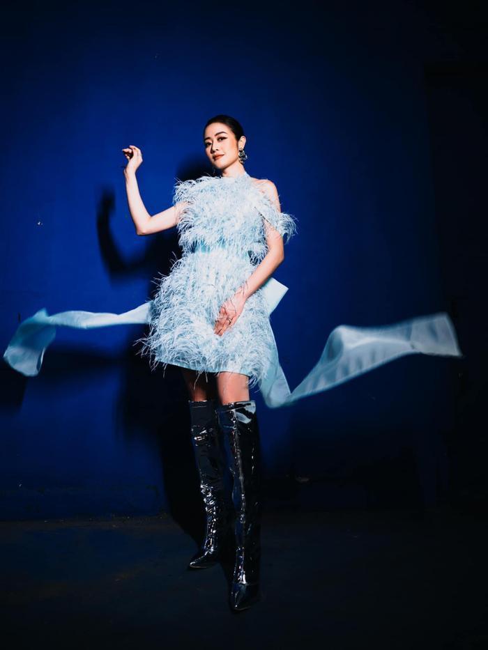 MC Phí Linh diện váy màu baby blue đẹp tuyệt trên sân khấu The Heroes Ảnh 5