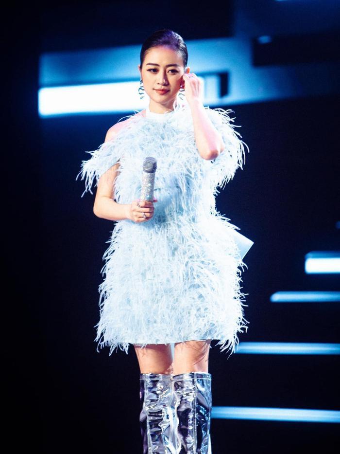 MC Phí Linh diện váy màu baby blue đẹp tuyệt trên sân khấu The Heroes Ảnh 3
