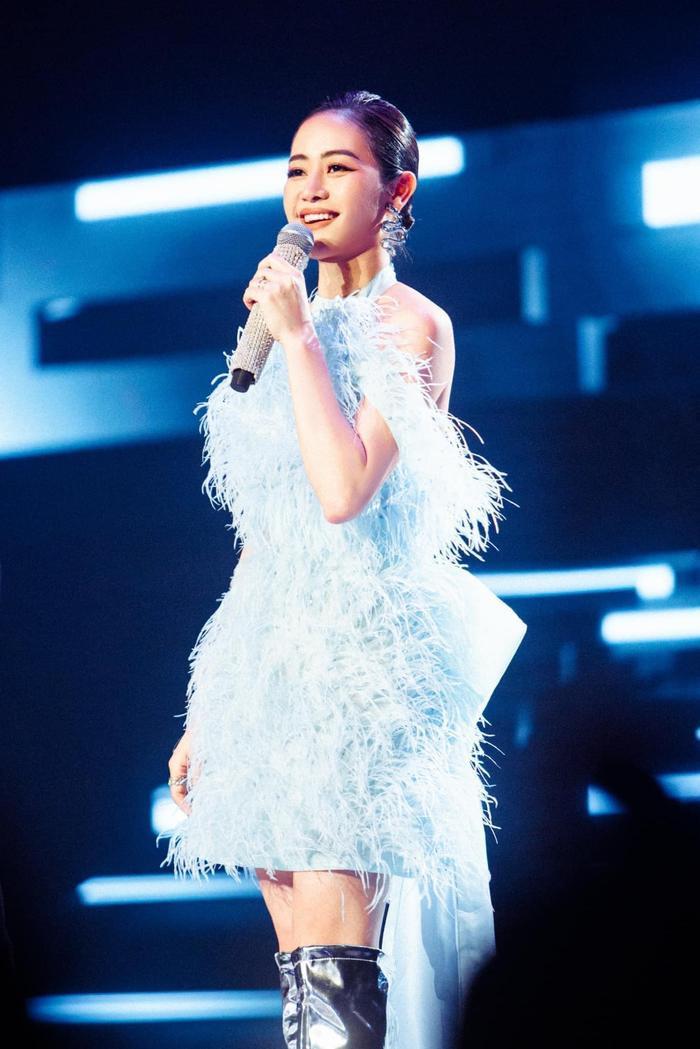 MC Phí Linh diện váy màu baby blue đẹp tuyệt trên sân khấu The Heroes Ảnh 4