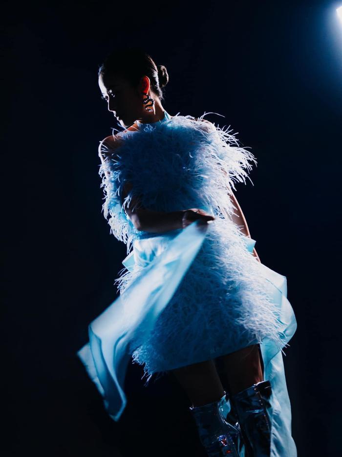MC Phí Linh diện váy màu baby blue đẹp tuyệt trên sân khấu The Heroes Ảnh 2