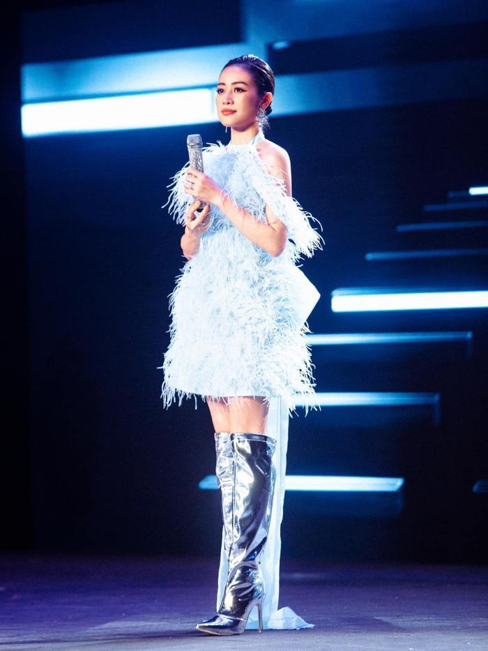 MC Phí Linh diện váy màu baby blue đẹp tuyệt trên sân khấu The Heroes Ảnh 6