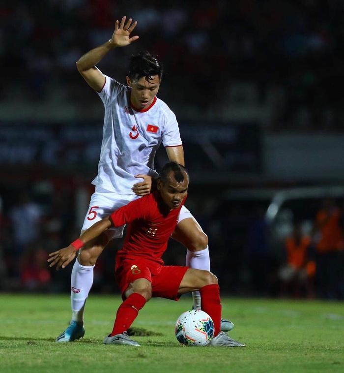 Vì sao CĐV Indonesia chửi bới Đoàn Văn Hậu trước giờ bóng lăn? Ảnh 1