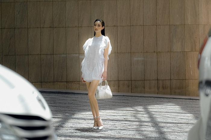 Hoa hậu Lương Thùy Linh khoe eo thon, ngực đầy trong loạt trang phục trắng tinh khiết Ảnh 3