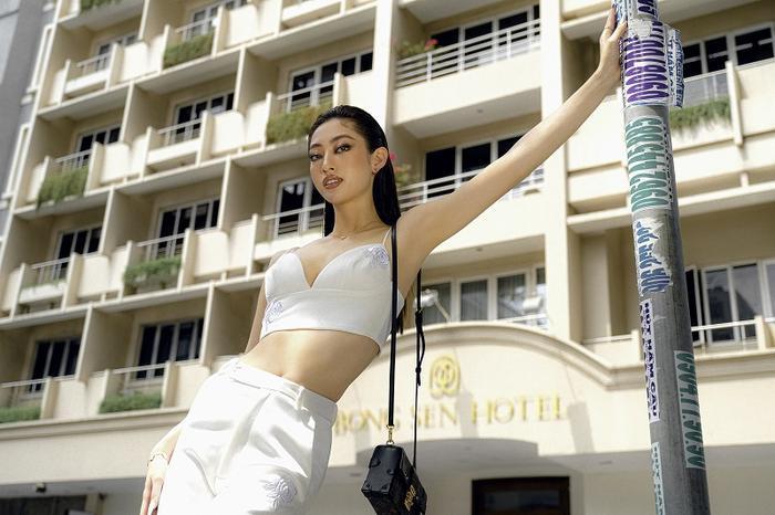 Hoa hậu Lương Thùy Linh khoe eo thon, ngực đầy trong loạt trang phục trắng tinh khiết Ảnh 2