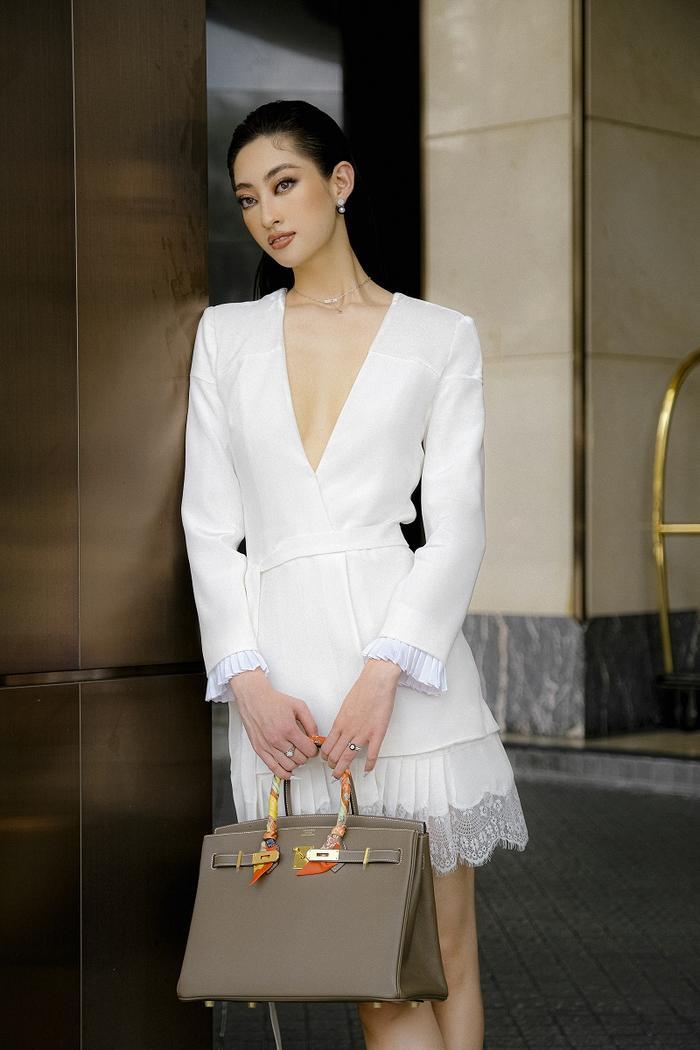 Hoa hậu Lương Thùy Linh khoe eo thon, ngực đầy trong loạt trang phục trắng tinh khiết Ảnh 4